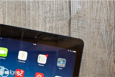 La Smart Cover ne nettoie pas vraiment l'écran, et souligne bien deux «barres» de crasse.