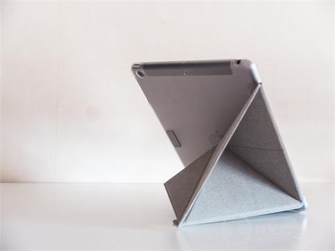 La position «lecture ». Cette position est un tout petit moins stable sur l'iPad mini, les deux modèles de VersaCover étant sinon parfaitement identiques (à la taille près, évidemment).